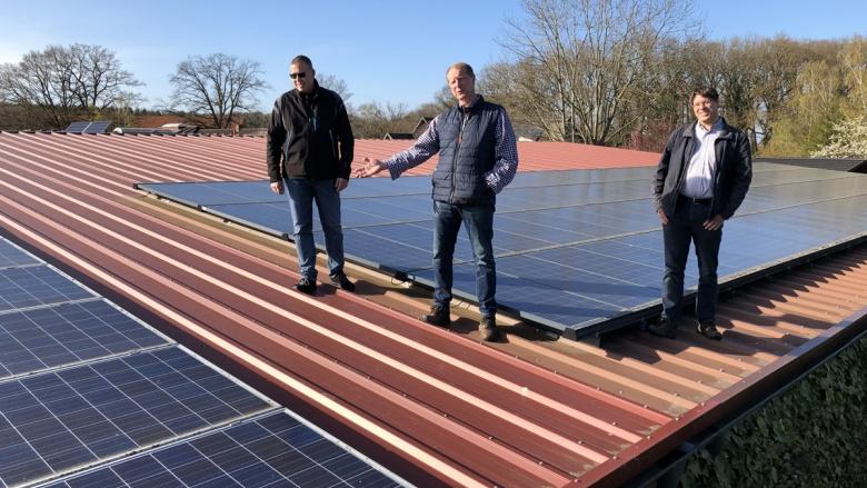 Heinz Bischoff, Wolfgang Ritz und Torsten Blanke (v.l.) informieren sich zu dem Betrieb einer Photovoltaikanlage.