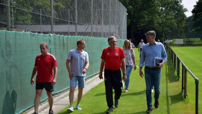 Christian Schreiber, Jörg von Ahsen, Johann Heimsoth und Arne Jacobs im Austausch.